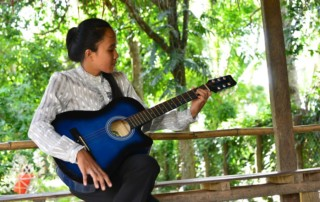 CFI-music-program-children-guitar
